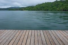 Morning湖和moutain在乡下背景 库存照片