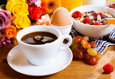 Morning coffee served with a healthy breakfast Royalty Free Stock Photography