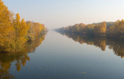 Morning mist on an autumnal river Royalty Free Stock Photos