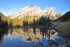 Morning mountains and pond Royalty Free Stock Photography