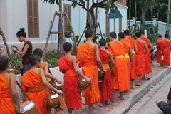 Morning Parade of the Monks bouddhiste Luang Prabang, Laos royalty free stock photos
