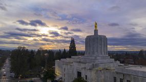 Morning Traffic Passes the Oregon Pioneer atop the Capital Building Salem stock image