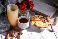 Morno e acolhedor, conceito Ainda vida um chá da vela Fotografia de Stock Royalty Free