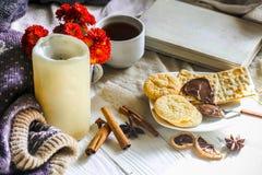 Morno e acolhedor, conceito Ainda vida um chá da vela Foto de Stock