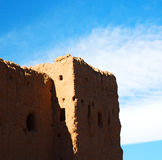 moroccan gammal vägg och tegelsten i antik stad Arkivbilder