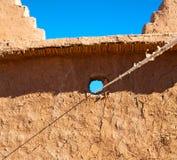 moroccan gammal vägg och tegelsten i antik stad Royaltyfri Foto