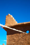 moroccan gammalt och tegelsten i stad Arkivfoton