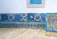 moroccan tegelplattor Fragment av dekorativ inredning husväggen royaltyfri bild
