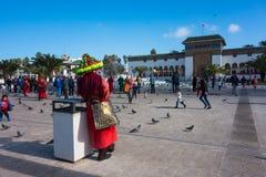 moroccan vattensäljare i traditionell klänning Royaltyfri Fotografi