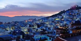 morocco Blåa medina av den Chefchaouen staden på solnedgången Arkivfoton