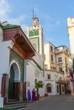 morocco Tangier Arabski kobieta stojak blisko starego meczetu Fotografia Stock