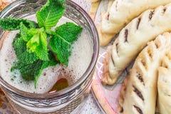 Moroccoan mennicy herbaciany szkło z ciastkami Zdjęcia Royalty Free