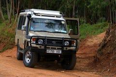 MOROGORO TANZANIA - JANUARI 3, 2015: Safarijeep på vägen i Tanzania Royaltyfria Bilder