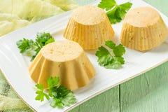 Morot-höna souffle som lagas mat i dubbel kokkärl fotografering för bildbyråer
