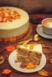Morotkaka med cappuccino på träbakgrund arkivfoton