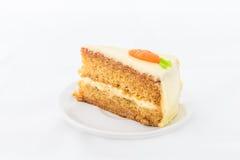 Morotkaka på den vita maträtten Arkivfoto