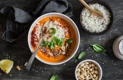 Morotsötpotatissoppa med ris på den mörka tabellen, bästa sikt royaltyfria bilder
