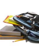 Morral azul de la escuela por completo de fuentes de escuela con los libros de escuela Imágenes de archivo libres de regalías