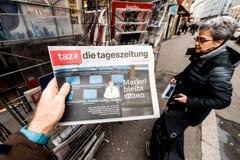 Morre o jornal do tageszeitung no quiosque da imprensa que caracteriza Angela Dorot fotos de stock royalty free