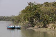 Morrelganj,孟加拉国, 2017年2月27日:两艘船用沙子装载 免版税库存照片