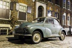 Morris Minor Convertible em uma rua do carro de Londres na noite Imagens de Stock