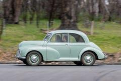 Morris Minor Sedan 1950 que conduz na estrada secundária Imagem de Stock