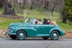 Morris Minor Tourer 1950 que conduz na estrada secundária Fotografia de Stock Royalty Free