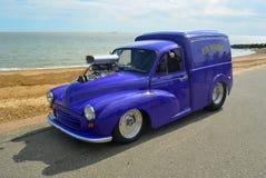 Morris Minor Van clásico hizo en una púrpura Hotrod llamado Pie Wagon en la demostración en la orilla del mar de Felixstowe fotos de archivo libres de regalías