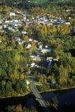 Morrisville鸟瞰图, VT在风景路线100的秋天在日落 图库摄影