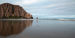 Morro岩石在莫罗贝国家公园的清早中央加利福尼亚海岸的美国 免版税库存图片