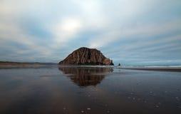 Morro岩石在莫罗贝国家公园的清早中央加利福尼亚海岸的美国 图库摄影