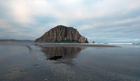 Morro岩石在莫罗贝国家公园的清早中央加利福尼亚海岸的美国 库存照片