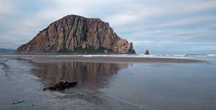 Morro岩石在莫罗贝国家公园的清早中央加利福尼亚海岸的美国 免版税图库摄影