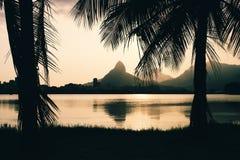 Morro Dois Irmaoes widzieć od Lagoa Rodrigo De Freitas przy zmierzchem w Rio De Janeiro zdjęcia stock