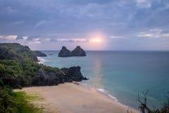 Morro Dois Irmaos和普腊亚日落视图做Americano海滩从Boldro堡垒观点-费尔南多・迪诺罗尼亚群岛,巴西 库存照片