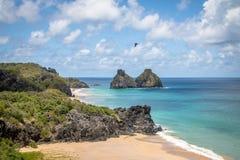Morro Dois Irmaos和普腊亚看法做Americano海滩从Boldro堡垒观点-费尔南多・迪诺罗尼亚群岛, Pernambuco,巴西 免版税库存图片