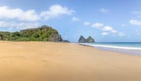 Morro Dois Irmaos和预示的海滩普腊亚预示-费尔南多・迪诺罗尼亚群岛, Pernambuco,巴西 免版税库存照片
