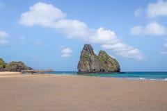 Morro Dois Irmaos和Cacimba做Padre海滩-费尔南多・迪诺罗尼亚群岛, Pernambuco,巴西 免版税库存图片