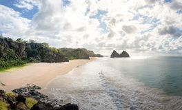 Morro Dois Irmaos e Praia fa Americano - Fernando de Noronha, Pernambuco, Brasile fotografia stock