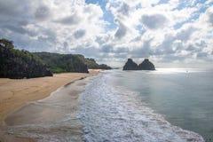 Morro Dois Irmaos en Praia do Americano - Fernando de Noronha, Pernambuco, Brazilië stock foto's