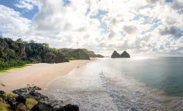 Morro Dois Irmaos en Praia do Americano - Fernando de Noronha, Pernambuco, Brazilië stock foto