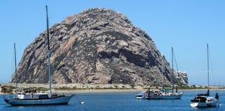 Morro Felsen mit Booten Lizenzfreies Stockfoto