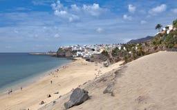 Morro Jable - playa con el townscape Imágenes de archivo libres de regalías
