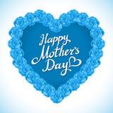Mors daghjärta som göras av blåa rosor bukett av blå roshjärta på vit bakgrund Fotografering för Bildbyråer