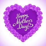 Mors daghjärta som göras av violetta rosor bukett av violett roshjärta på vit bakgrund tokig hjärta för rosa färgrosmors dag Fotografering för Bildbyråer