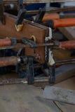 Morsetti che giudicano di legno su un banco da lavoro Fotografia Stock Libera da Diritti