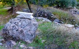Morsetto di pietra bianco su roccia Immagini Stock Libere da Diritti