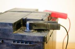 Morsetto nero del caricatore accumulatore per di automobile del segno meno del primo piano Fotografie Stock Libere da Diritti