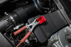 morsetto rosso sull'accumulatore per di automobile fotografie stock libere da diritti