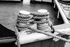 Morsetto sulla poppa di una barca con una corda bianca fotografia stock libera da diritti